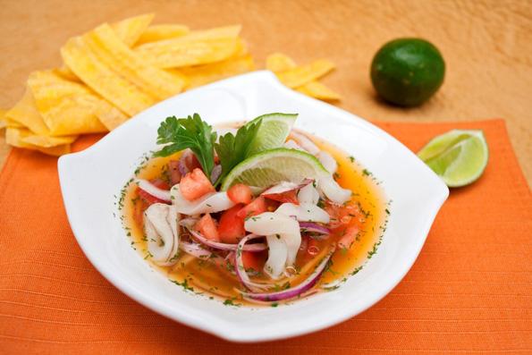 """Ecuadors Nationalgericht: """"Ceviche"""": Ein herrlich erfrischendes Gemisch aus rohen Meeresfrüchten oder Fisch mit Zitronensaft, Zwiebeln und Koriander. (Foto: Edu León)"""
