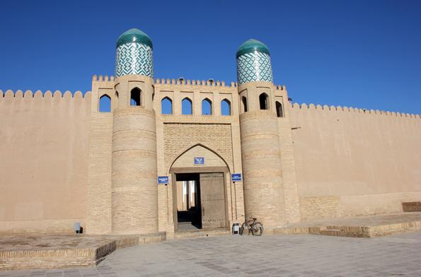 Eines der prächtigsten Gebäudeensemble in Chiwa: Die Zitadelle, auch bekannt als Kohna Ark. (Foto: Karsten-Thilo Raab)
