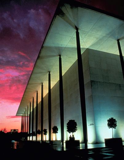 """Das """"John F. Kennedy Center for the Performing Arts"""" ist einer der wichtigsten kulturellen Dreh- und Angelpunkte in Washington DC."""