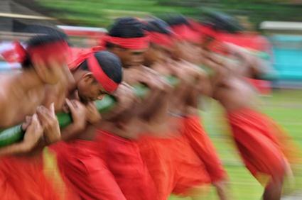 """Beim """"Verrückten Bambus""""  halten sieben Männer einen zweieinhalb Meter langen Bambusstock, während ein Schamane in der Sprache der Ureinwohner einen Zauber ausspricht und Weihrauch anzündet. (Fotos: Visit Indonesia Tourism Office)"""