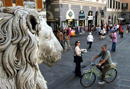 Vom Portal der Kathedrale wirft der steinerne Löwe einen Blick auf die Piazza die San Lorenzo. (Foto: Karsten-Thilo Raab)