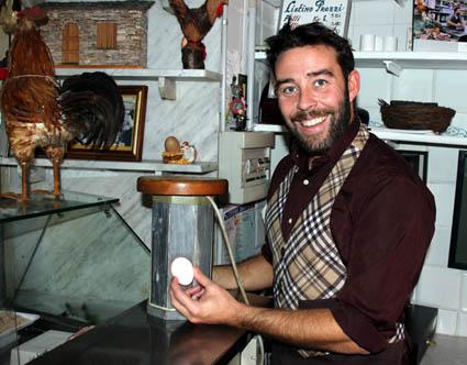 Matteo Timossi demonstriert mit einer historischen Lampe den Frischgrat seiner Eier. (Foto: Karsten-Thilo Raab)