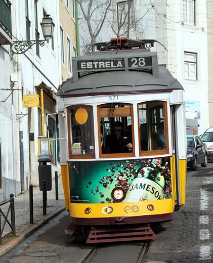 Ewiger junger Klassiker auf Lissabons Straßen: Die Fahrt mit der Linie 28. (Foto: Karsten-Thilo Raab)