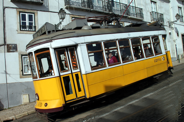 In wahrsten Sinne des Wortes schräg: Ein Stadtrundfahrt mit der historischen Linie 28 durch Lissabon. (Foto: Karsten-Thilo Raab)