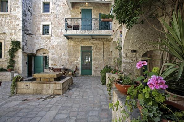 Nicht fehlen darf auch der Blick in Gärten und Innenhöfe wie hier am Tabor House.