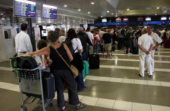 Flugreisenden wird häufig nicht nur beim Einchecken viel Geduld abverlangt. Bei massiven Verspätungen  steht ihnen häufig eine Entschädigung zu. (Foto: Karsten-Thilo Raab)
