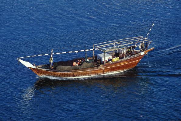 """Verschiedene omanische Bootstypen gibt es im Museum der Festung Sohar zu sehen, etwa eine beliebte Form der traditionellen Holzschiffe mit flach zulaufender Spitze namens """"Dhau"""". (Foto: djd)"""