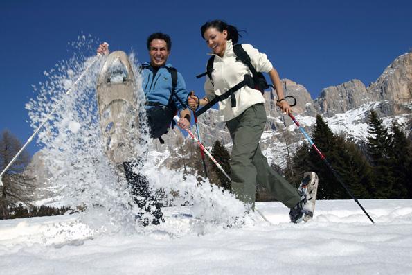 Auf Schneeschuhen können Bewegungshungrige besonders tief in die verschneite Natur eintauchen. (Foto: djd)