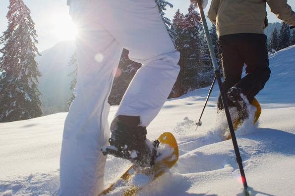 Intensives Naturerlebnis: eine Schneeschuhwanderung durch die traumhaft verschneite Winterlandschaf. (Foto: djd)