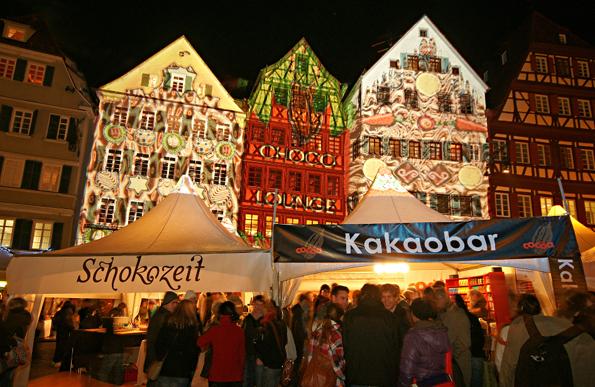 Eine prächtige Kulisse bieten die beleuchteten Fachwerkhäuser bei der ChocolART in Tübingen.