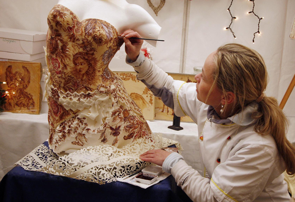 Konditormeisterin Dorte Schetter darf bei der Herstellung eines Marzipan-Zucker-Schokoladen-Kleides über die Schulter geschaut werden.