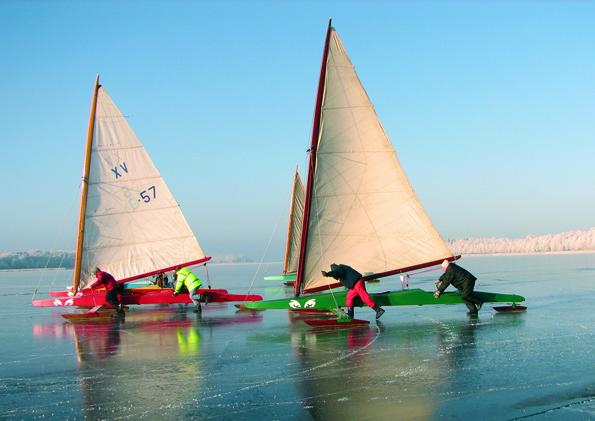 Eisselgeln gehört zu den beliebtesten Aktivitäten auf den zugefrorenen Seen in Masuren. (Foto: Polnisches Fremdenverkehrsamt