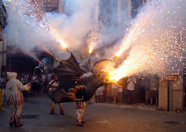 Bei der Fiesta San Sebastian ziehen feuerspeiende Drachen in den Straßen und Gassen von Palma de Mallorca (Foto: www.mydestination.com)