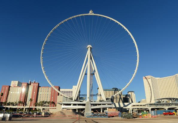 Die erste Passagierkabine des Las Vegas High Roller ist montiert.  Mit 167 Metern Höhe ist es nun das weltweit größte Riesenrad. (Foto: Denise Truscello)