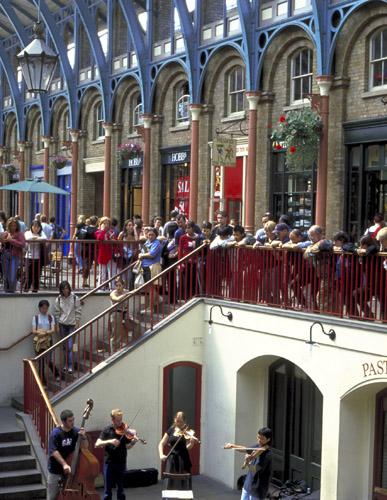 Am Covent Garden wird das Markttreiben von Livemusik umrahmt.