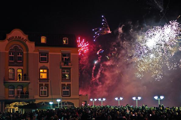 Ein spektakuläres Feuerwerk ist Teil der  Open-Air-Silvester-Party an der Westerländer Strandpromenade. (Foto: A. Koschinowski)