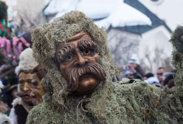 Kultfigur beim Fisser Blochziehen: der Moosmann. (Foto Andreas Kirschner)