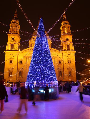 Schlittschuhvergnügen nim Schatten der Basilika St. Stephan. (Fotos: Ungarisches Fremdenverkehrsamt)