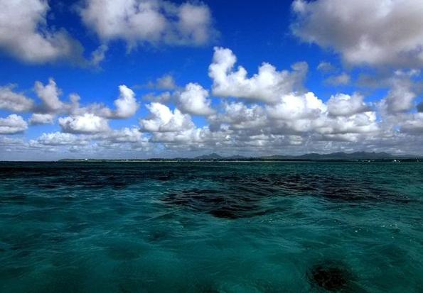 Vom Wasser aus wirkt Mauritius fast so als wäre es flach wie eine Flunder.