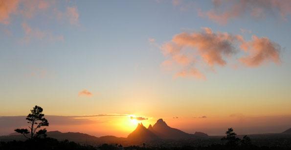 Sonnenuntergang vom Trou au Cerf-Krater aus gesehen.
