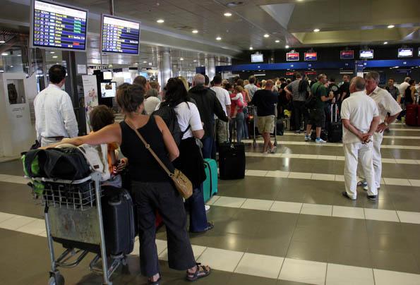 Kurzfristige geänderte Flugzeiten können bei Reisenden für lange Gesichter und am Check-in für lange Schlangen sorgen. Der BGH hat dies nun eindeutig geregelt. (Foto: Karsten-Thilo Raab)
