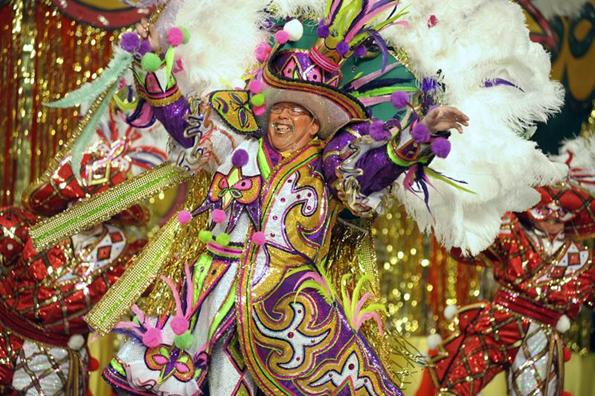 Farbenfrohe Kostümierung sind fester Bestandteil der Mummers Parade am Neujahrstag in Philadelphia.
