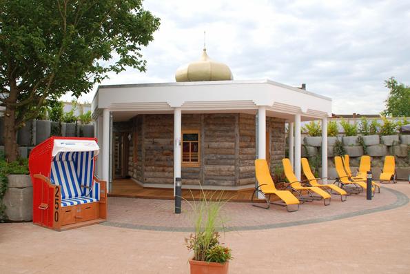 Der Saunagarten der Nordseetherme beherbergt nun die erste Banja-Sauna in Ostfriesland: Diese urige, russische Sauna besteht aus sogenanntem Keloholz. (Foto: djd)