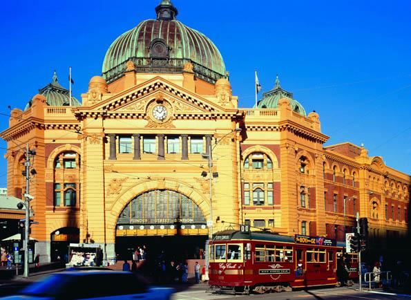 Die Flinders Station in Melbourne ist Dreh- und Angelpunkt des öffentlichen Nah- und Fernverkehrs.