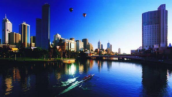 Die Skyline von Melbourne vom Yarra River aus.