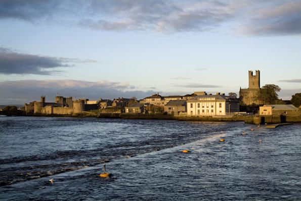 Das King Johns Castle am River Shannon ist Ziel des Neujahrsumzugs.