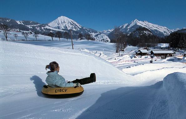 Rasante Schussfahrt auf Gummi: Snowtubing im Genfer Seengebiet. (Foto Schweiz Tourismus)