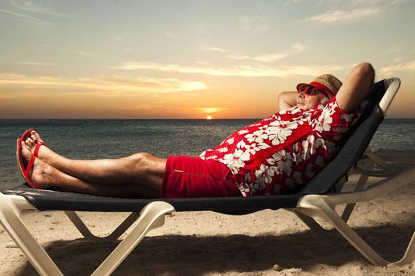 Offenbar denkt der Weihnachtsmann gar nicht daran, in diesem Jahr Geschenke auszuliefern, stattdessen entspannt er sich am Strand von Curacao. (Foto: Curacao Tourist Board )