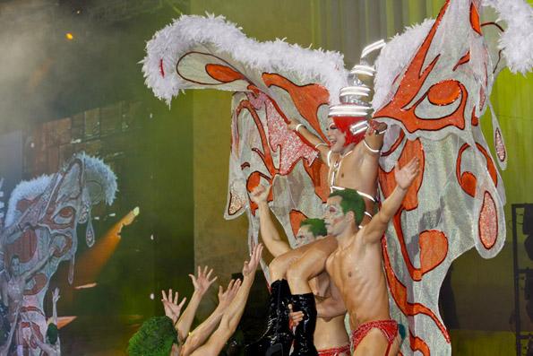 Phatasievolle Kostüme sind Teil der Drag Queen Show. (Foto: Udo Haafke)