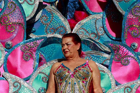 Farbenfroh und phantasievoll gekleidet präsentieren sich die Teilnehmer beim großen Umzug. (Foto: Udo Haafke)