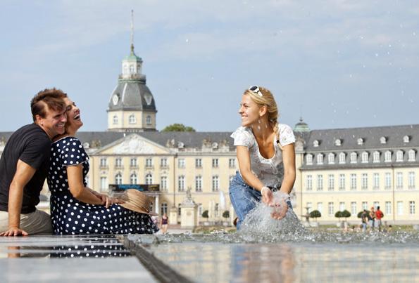 Erholungspause vor dem Schloss: Karlsruhe lädt ein zu einer spannenden Entdeckungstour mit viel Kultur, Shopping, Freizeit und Genuss. (Foto: djd)