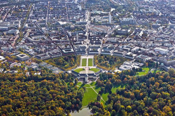 Wie Sonnenstrahlen ziehen sich 32 Straßen vom Turm der Schlossanlage in alle Richtungen. Dieser Besonderheit verdankt Karlsruhe den Namen Fächerstadt. (Foto: djd)
