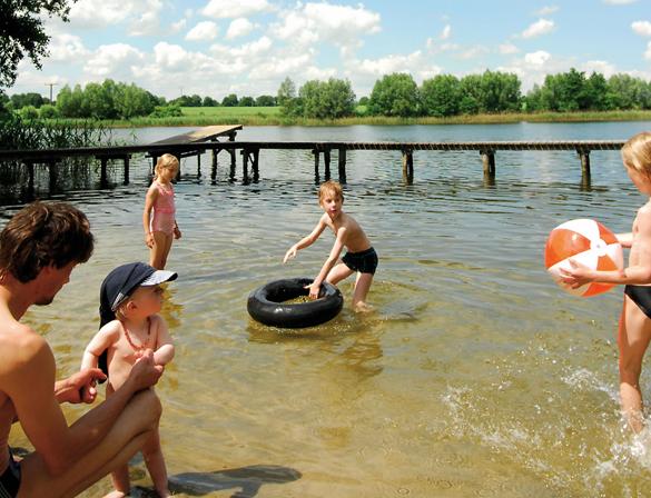Um den Plauer See herum finden sich zahlreiche idyllische Badebuchten zum Plantschen und Spielen. (Foto: djd)