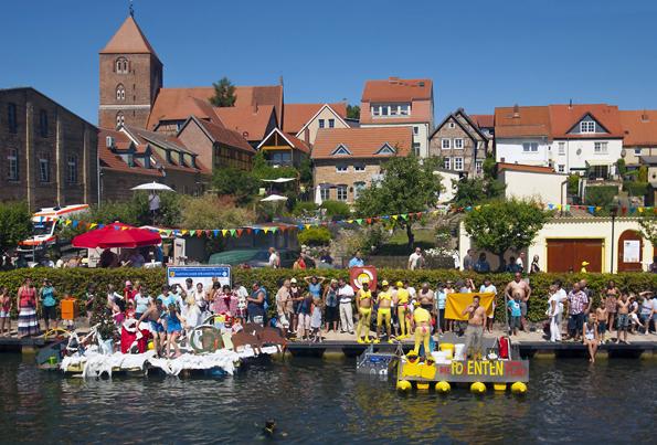 Ein traditionelles Highlight in Plau am See feiert 2014 sein 25-jähriges Jubiläum: die Badewannenrallye im Juli ist ein Riesenspaß für Teilnehmer und Besucher. (Foto: djd)