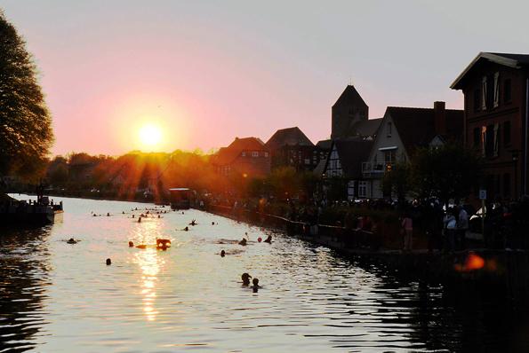 Das Fackelschwimmen in der Elde hat zu Ostern in Plau am See Tradition. (Foto: djd)