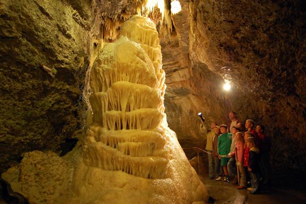Hauptattraktion der Fachwerkstadt Buchen ist die Eberstadter Tropfsteinhöhle, die nach Schätzungen von Fachleuten ein bis zwei Millionen Jahre alt ist. (Foto: djd)