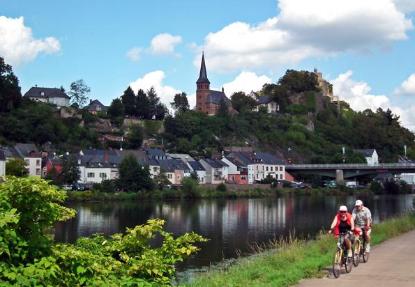 Die ebenen Radwege entlang von Saar und Mosel laden zu entspannten Radtouren ein, die auch nach Frankreich oder Luxemburg führen können. (Foto: djd)