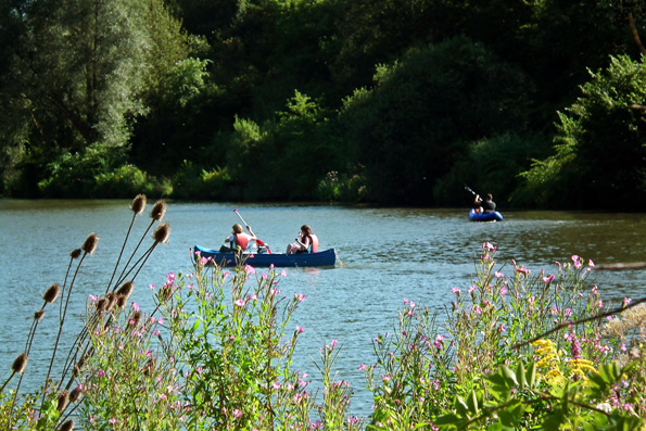 Die herrliche Natur der Ferienregion Saar-Obermosel können Urlauber auch auf Kanutouren erkunden. Ein besonders schönes Gebiet zum Kanufahren ist der Wiltinger Saarbogen zwischen Schoden und der Schleuse Kanzem. (Foto: djd)
