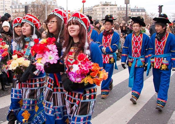 Festlich gekleidet zeihen die Chinesen beim Neujahrsfest durch die Straßen. (Foto Georges Seguin)