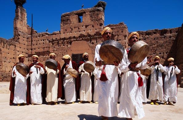 Musik und prächtige Bauten gehören zu Marokko wie Sonne, Strand und Sand.