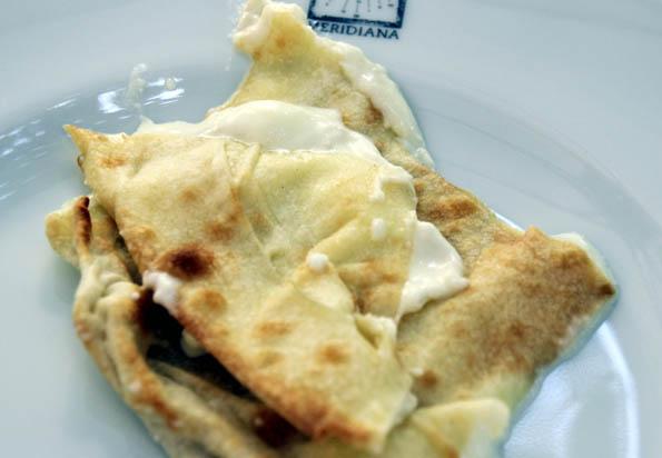Kulinarischer Leckerbissen aus Ligurien: Focaccia, ein im Ofen gebackener Fladen mit Rosmarin, Salbei, Oregano oder Zwiebeln gewürzt, manchmal auch mit Käse gefüllt. (foto: Karsten-Thilo Raab)