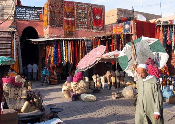 Auf den Basaren der Stadt werden neben Teppichen auch Schmuck, Gewürze und feine Stoffe gehandelt.