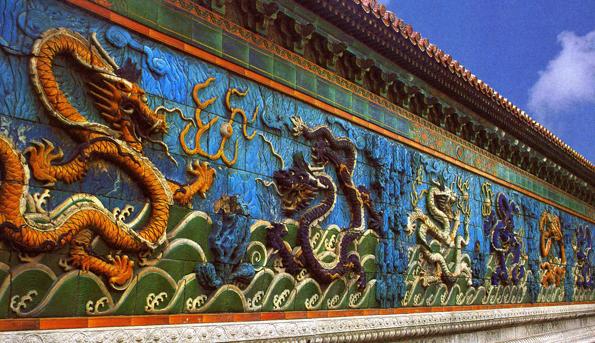 Ein chinesische Meisterwerk: Due Nuen-Drachen-Mauer in der Verbotenen Stadt in Peking.