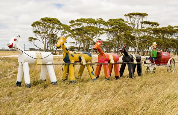 Ungewöhnlicher Hingucker: Der Tin Horse Highway wird von Blechpferden und Kutschen gesäumt.