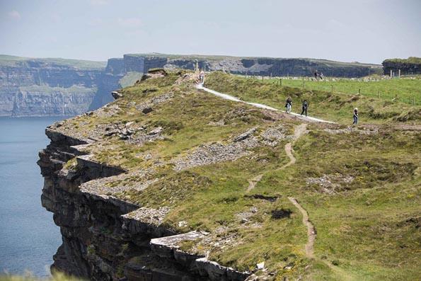Gleich durch neun Grafschaften führt der Atlantic Way in Irland als die längste ausgewiesene Küstenstraße der Welt