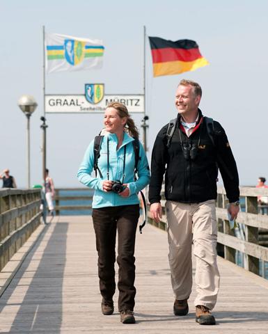 Treffpunkt: Die rund 350 Meter lange Seebrücke von Graal-Müritz zieht Urlauber magisch an - kein Wunder, die Aussicht ist sensationell. (Foto: djd)